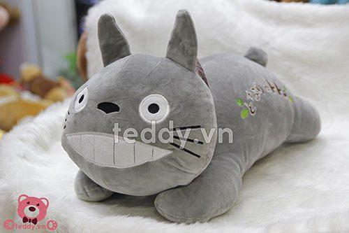 Khuôn mặt cực kì đáng yêu của chú gấu bông Totoro Nằm