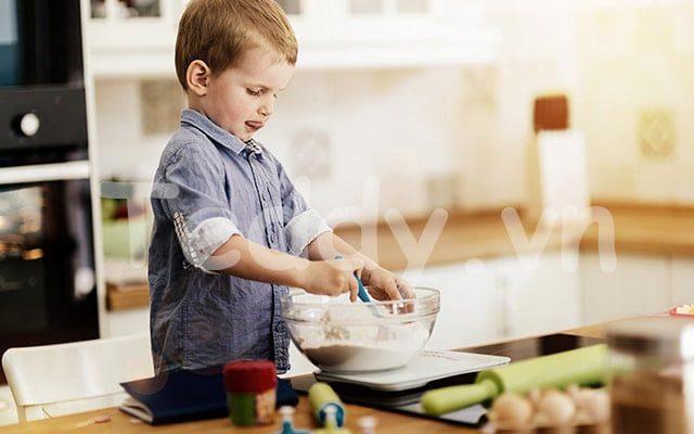 Để bé nấu ăn là món quà 1/6 cho bé vô cùng tuyệt vời